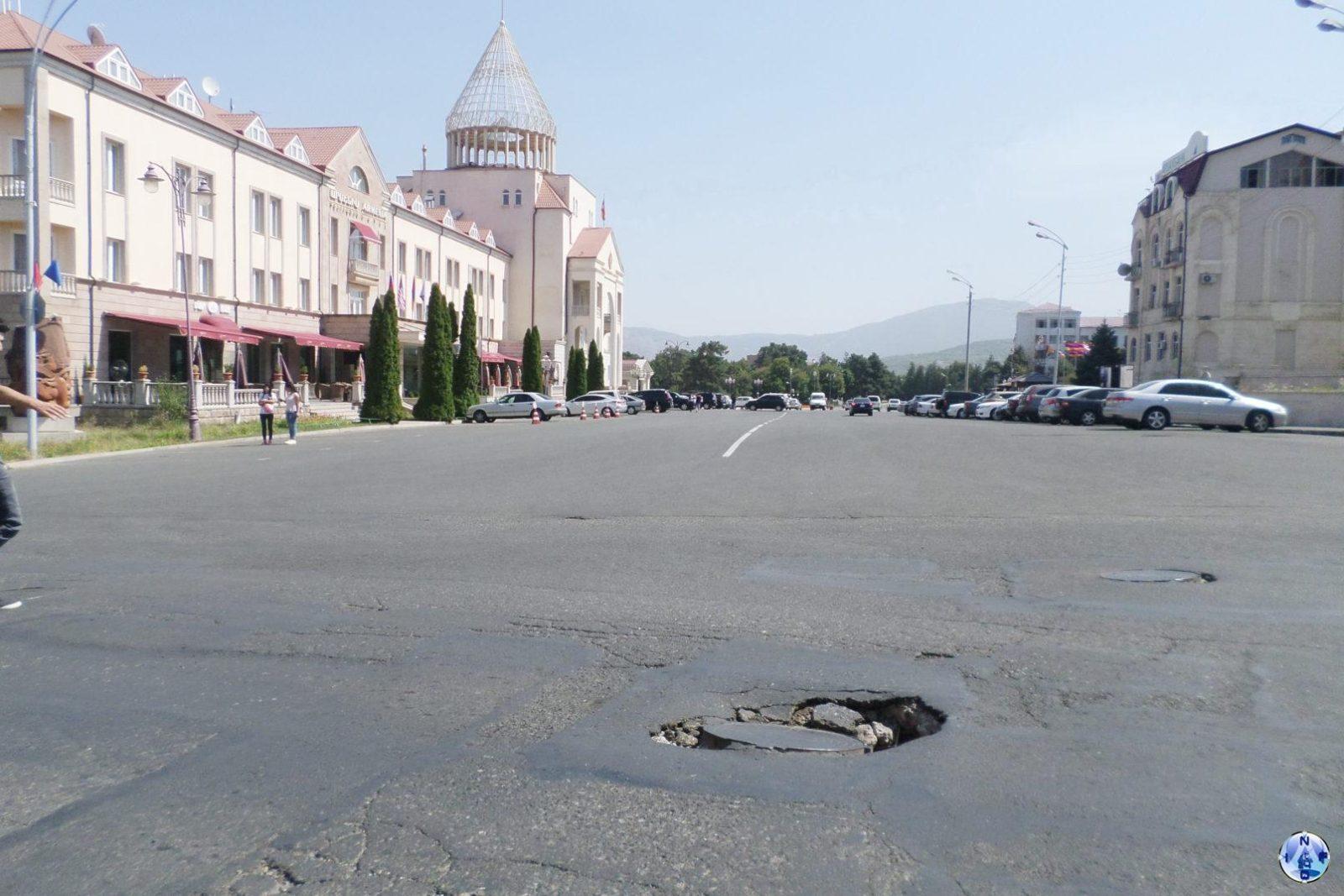 Яма в центре Степанакерта