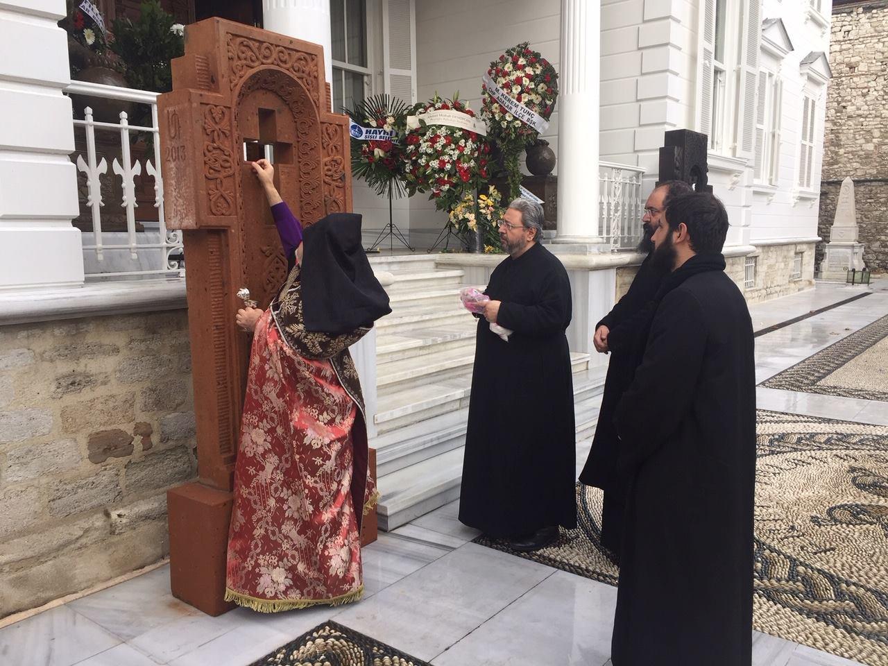 У входа в Константинопольский Патриархат ААЦ установлены новые хачкары