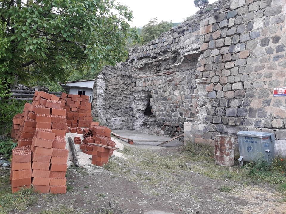 В Турции рядом с армянской церковью решили построить общественный туалет. Фоторяд