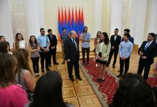 """""""Чувствуйте себя не только как дома, но и частью нашей нации, нашей страны"""" - президент Саргсян принял армянскую молодежь диаспоры. Видео"""