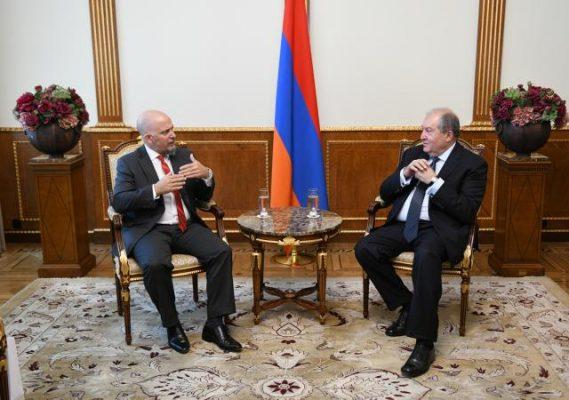 Embajador-Argentino-con-Presidente-Armenio-569x400