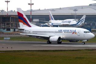 Boeing_737-505,_Air_Armenia_JP7704488