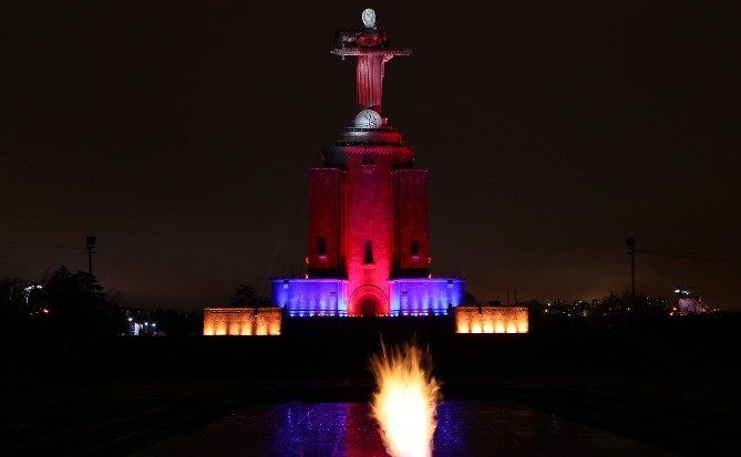 «Մայր Հայաստան» արձանը լուսավորվեց հայկական եռագույնի գույներով․ Լուսանկար