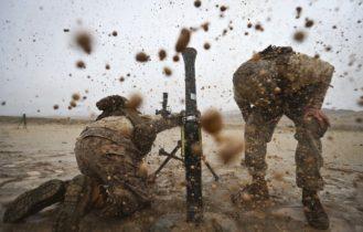 soldaty-minomet-obstrel-bryzgi
